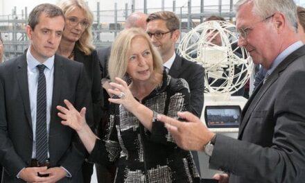 Ministerin Wanka besucht Fraunhofer IML