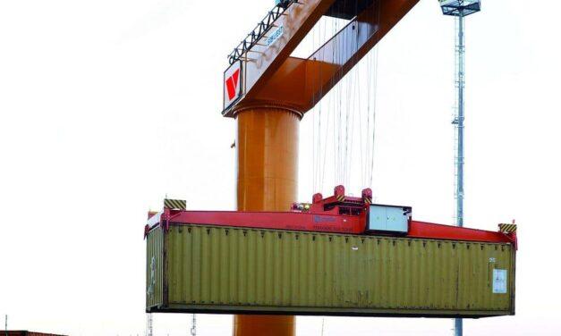Der 14-Meter-Koloss – Übergroßer Schwenkkran für Containerumschlag