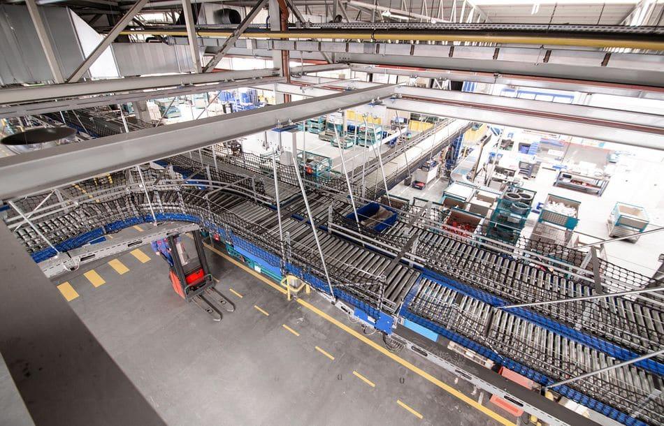 200m Fördertechnik unter der Hallendecke installiert